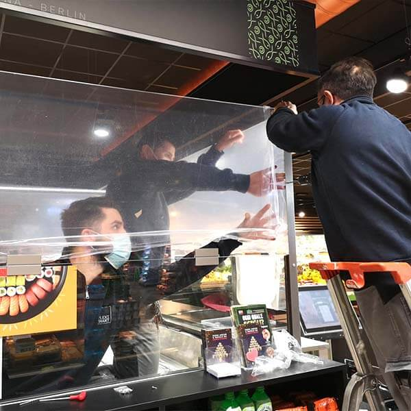 Montaggio di barriere in plexiglass alimentare per sushi bar