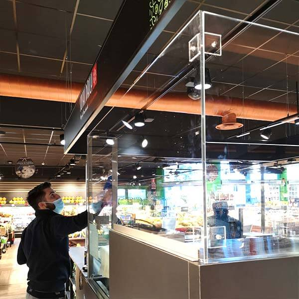 Pulizia e messa a punto di barriere in plexiglass alimentare per sushi bar